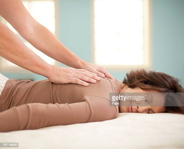 man giving woman a back rub - massage tantrique photos et images de collection