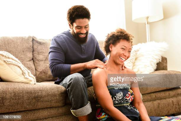 man giving woman a massage - massage homme femme photos et images de collection