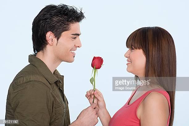 Mann, die Frau eine rose