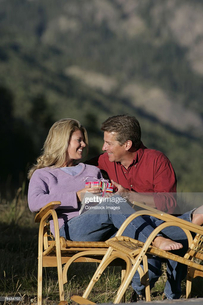 Man giving woman gift : Stockfoto