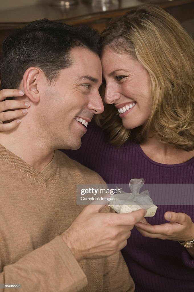 Man giving woman gift : Stockfoto