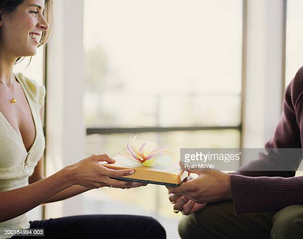 Mann geben Junge Frau Geschenk, Frau Lächeln, Seitenansicht