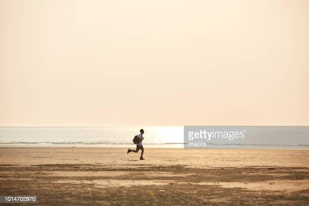 a man going travel to sea - homens de idade mediana - fotografias e filmes do acervo