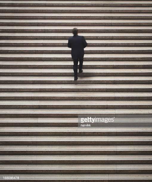 Mann geht auf die Treppe