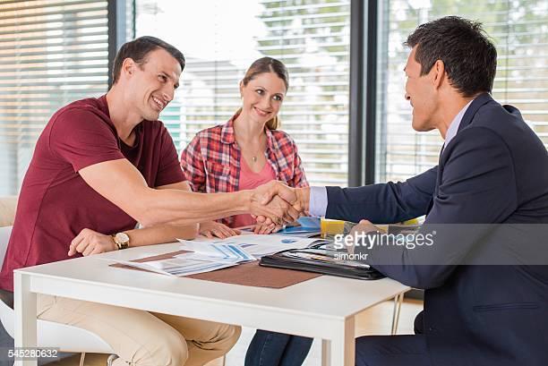 man greeting financial advisor - klanten georiënteerd stockfoto's en -beelden