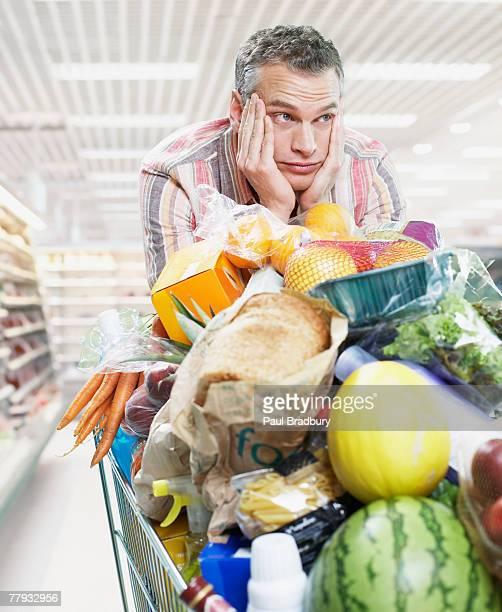 Uomo shopping dispensa