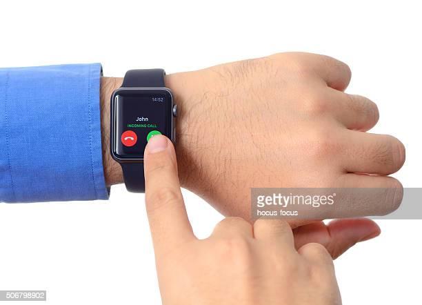 男性の手を着るアップルウォッチ