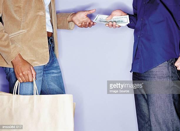 男性、女性の現金処理