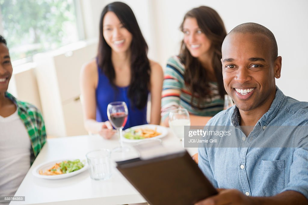 Man handing check to server at restaurant : Foto stock