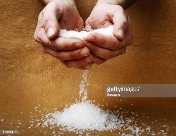 Hombre manos sosteniendo la sal