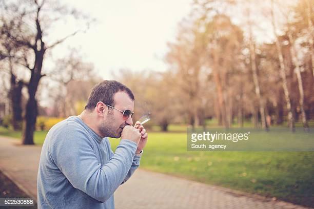 mann hat eine schlechte angewohnheit - raucher lunge stock-fotos und bilder