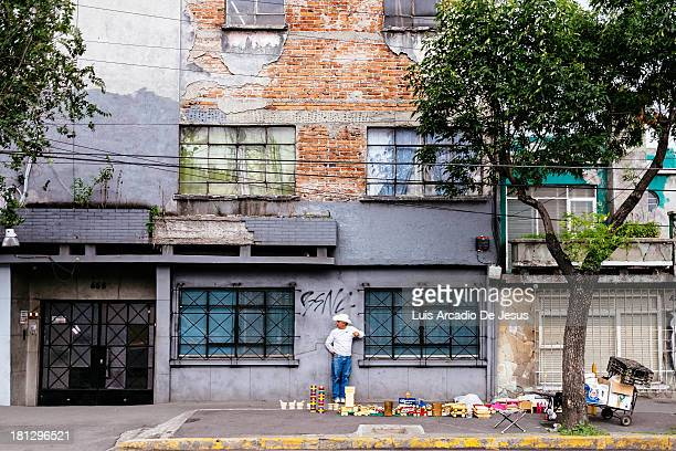 CONTENT] A man has set up shop along one of Mexico City's busiest arteries Tlapan