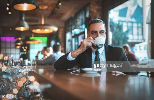 man met een ochtend koffie in een bar - koffie drank stockfoto's en -beelden