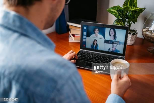 mens die een videovraag met vrienden heeft - ziektepreventie stockfoto's en -beelden