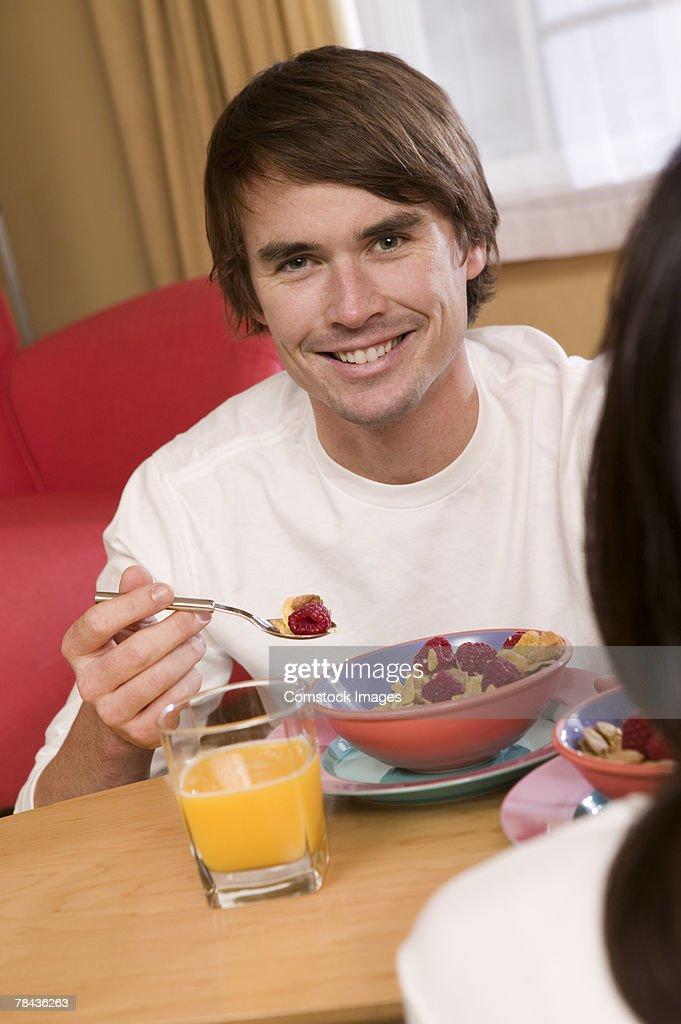 Man having breakfast : Stockfoto