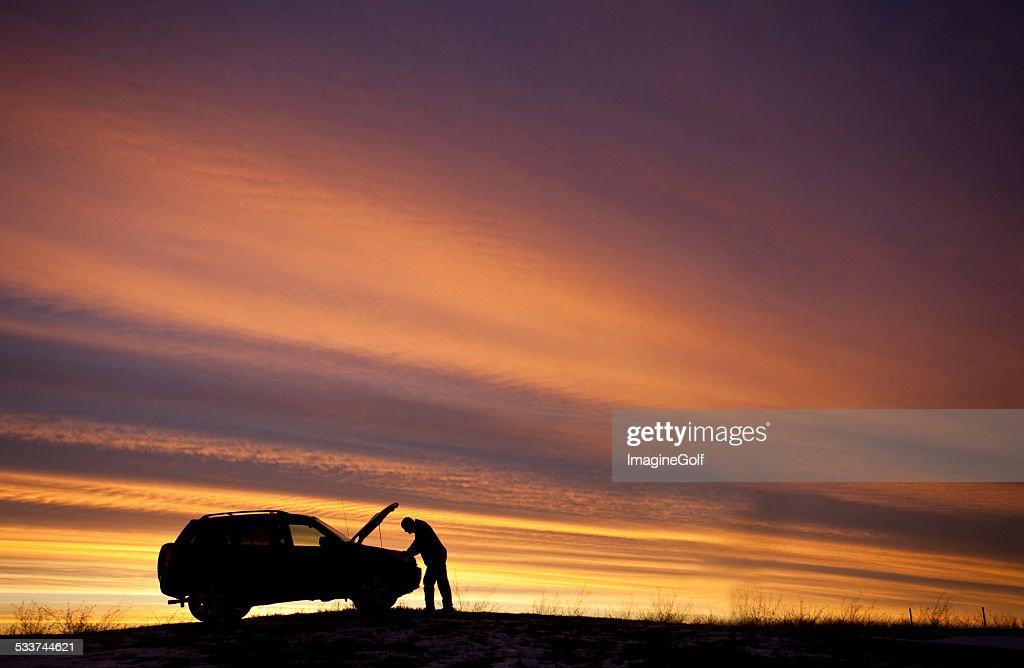 Uomo con auto problemi : Foto stock