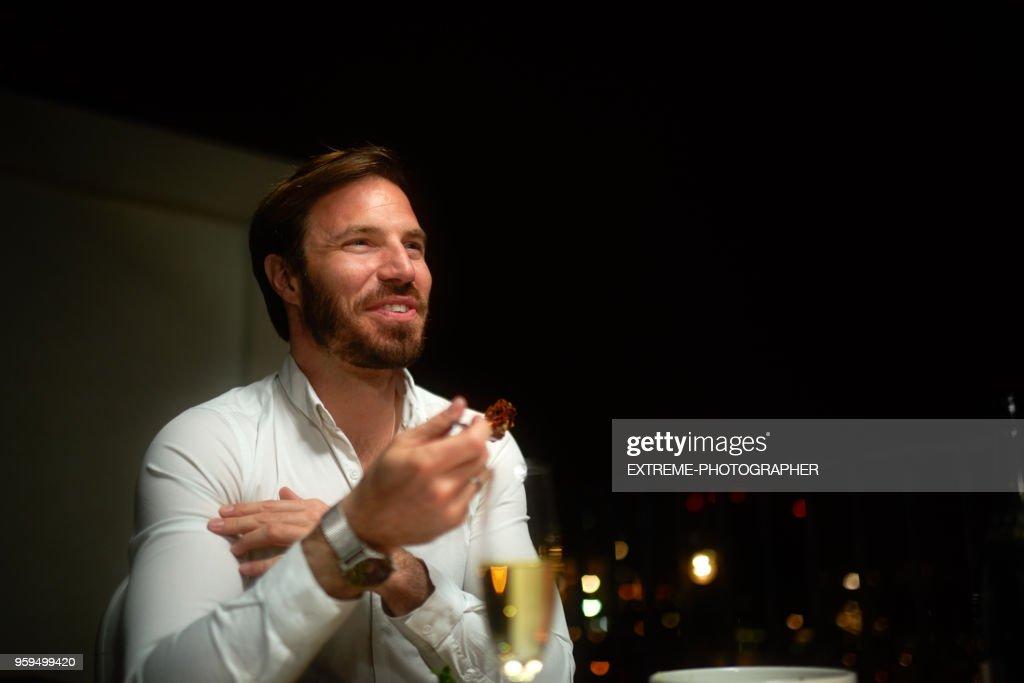 Mann mit Abendessen : Stock-Foto