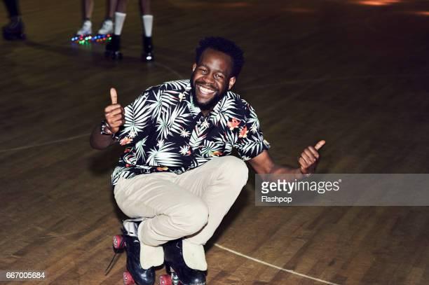 man having fun at roller disco - sorriso aberto - fotografias e filmes do acervo