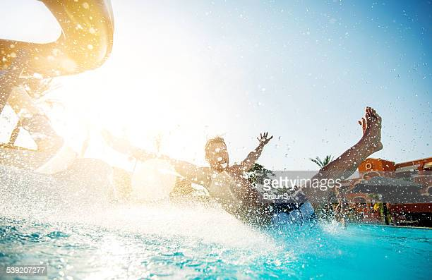 Mann Spaß auf der Wasserrutsche.