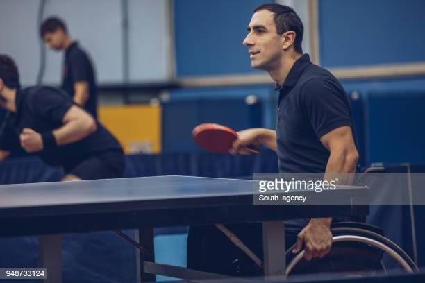 楽しみながら卓球男 - 麻痺 ストックフォトと画像