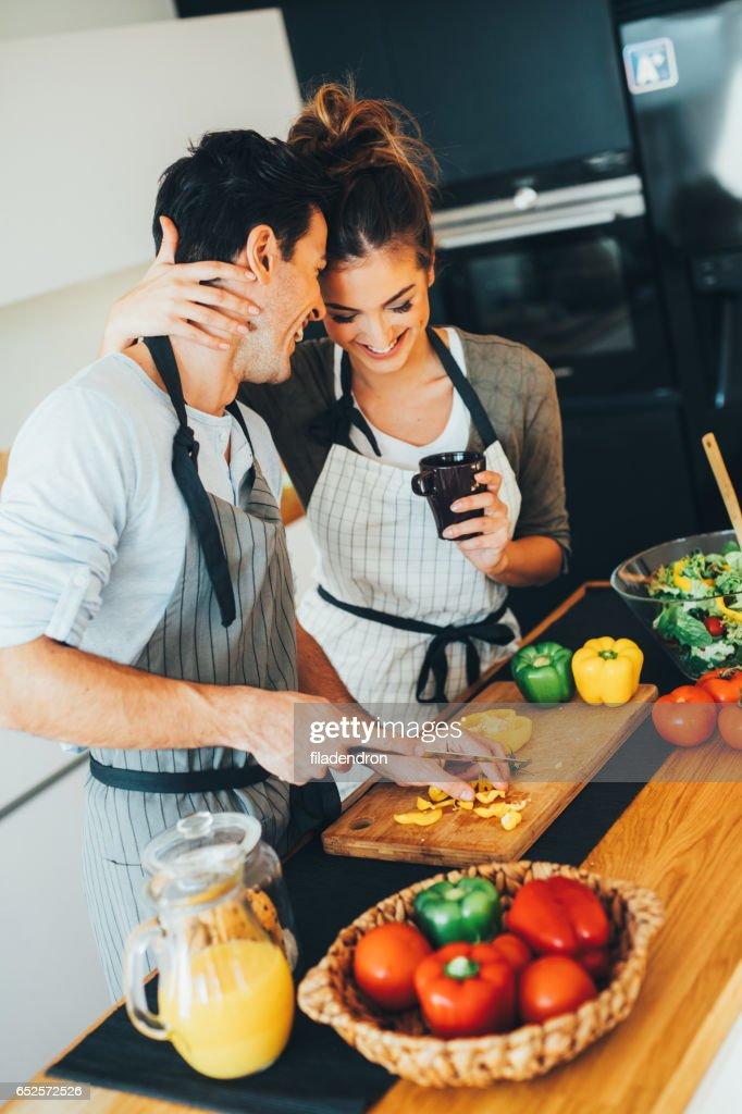 Mann seine Freundin beim Kochen helfen : Stock-Foto