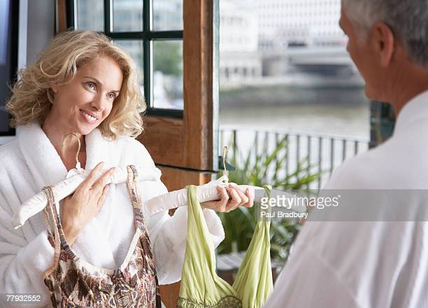 homme aidant femme choisir vos tenues - vêtement pour femmes photos et images de collection