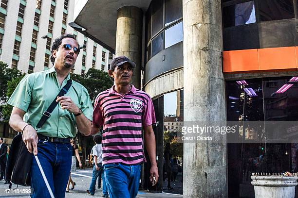 Mann hilft dem blinden guy