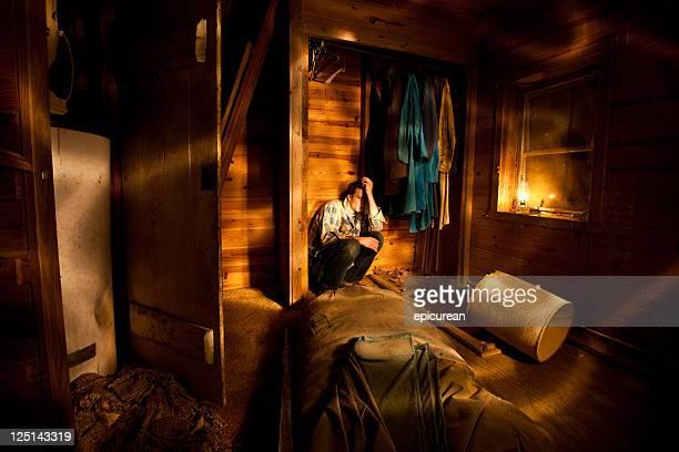 Mann versteckt in einem alten Schrank