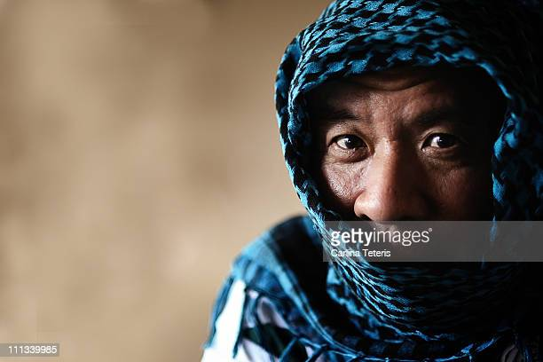 man hiding inside headscarf - kaffiyeh stock pictures, royalty-free photos & images