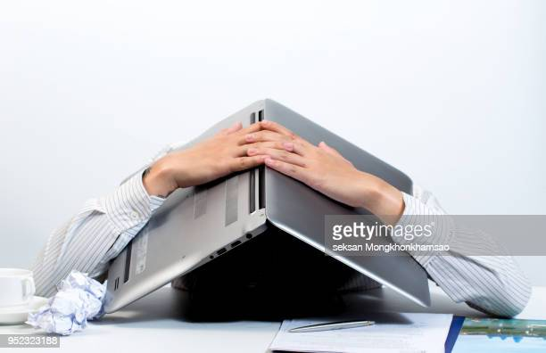 man hiding under laptop - problemen stockfoto's en -beelden