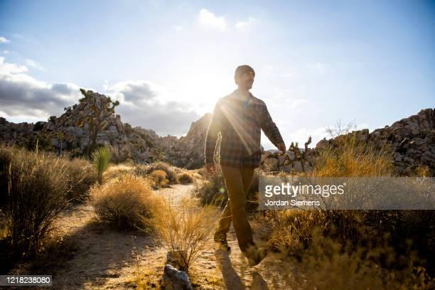 a man hiking a scenic trail in the desert. - erwachsener über 30 stock-fotos und bilder