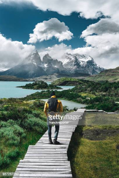 man wandelen in torres del paine - chili - buitensport stockfoto's en -beelden