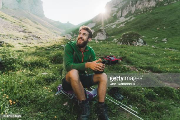 hombre de senderismo en los alpes suizos en appenzell - suiza fotografías e imágenes de stock