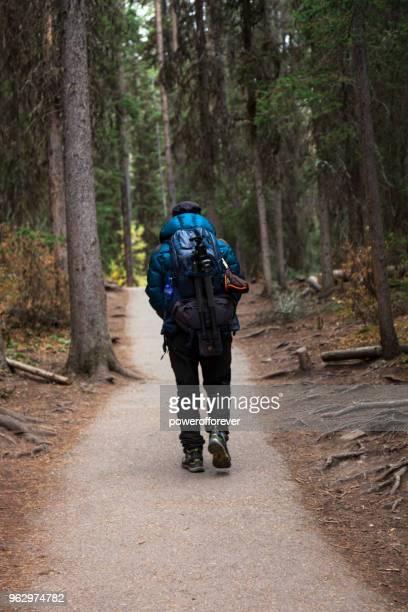 Mann in den kanadischen Rocky Mountains Wandern