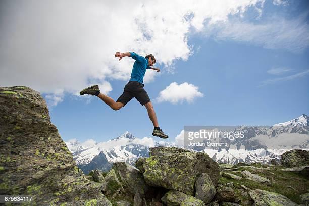 a man hiking in the mountains. - homens de idade mediana - fotografias e filmes do acervo