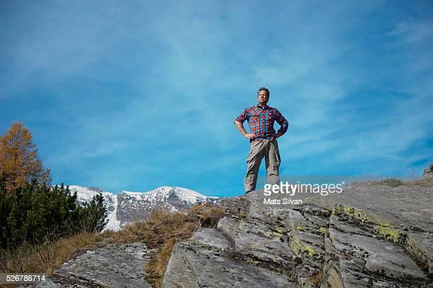 man hiking in the nature - handen på höften bildbanksfoton och bilder