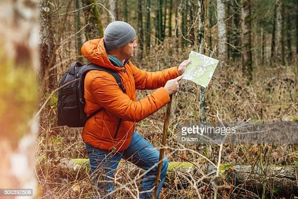 Menschen Wandern im Wald im winter und Blick auf Karte