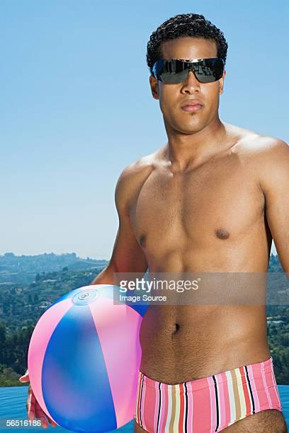 Homme tenant un ballon de plage