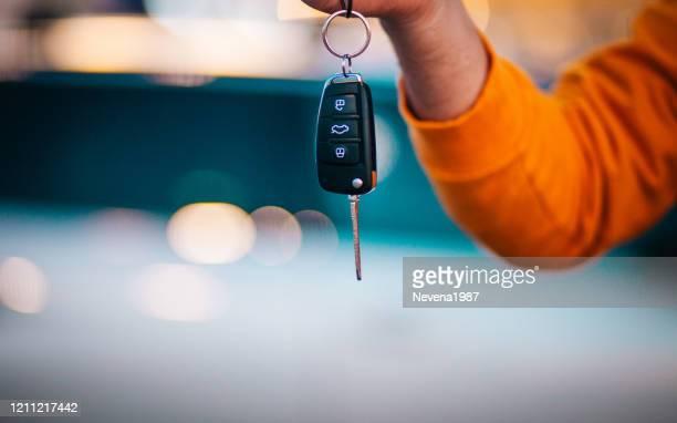 車の鍵を持っている男 - 賃貸借 ストックフォトと画像
