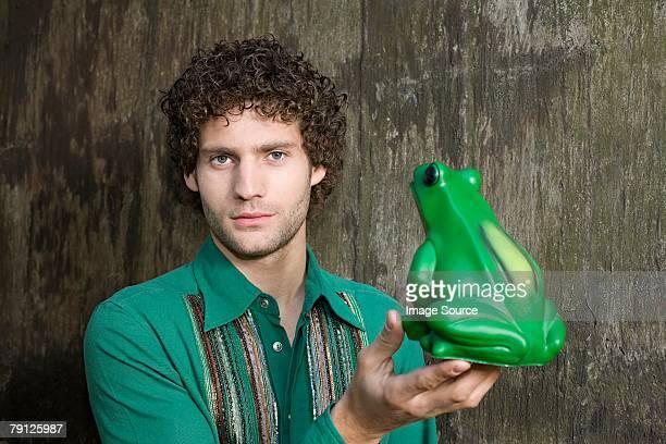 Mann hält ein Frosch