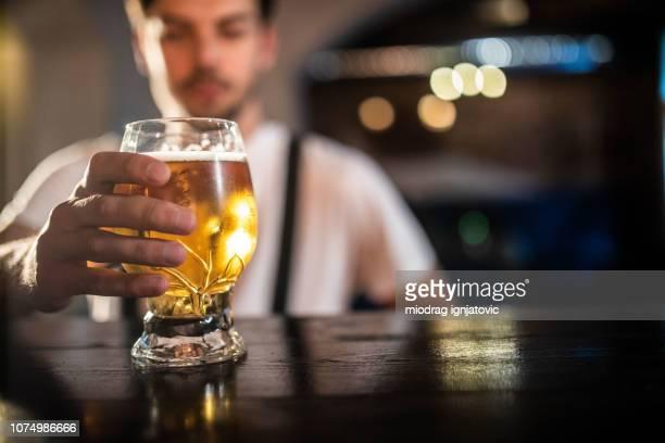 homem segurando um copo de cerveja - alcoolismo - fotografias e filmes do acervo