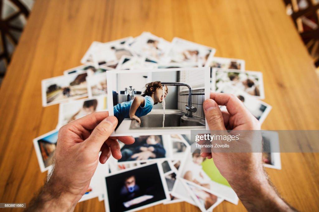 Man holding a photo : ストックフォト