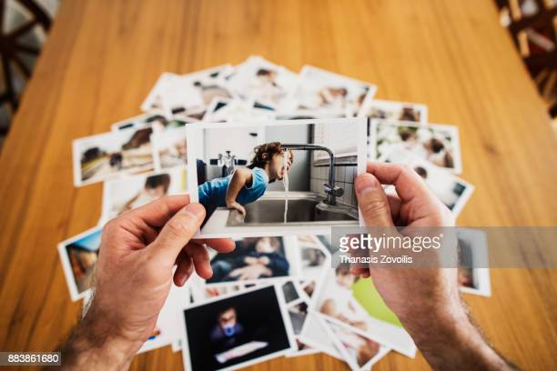 man holding a photo - fotografie stock-fotos und bilder