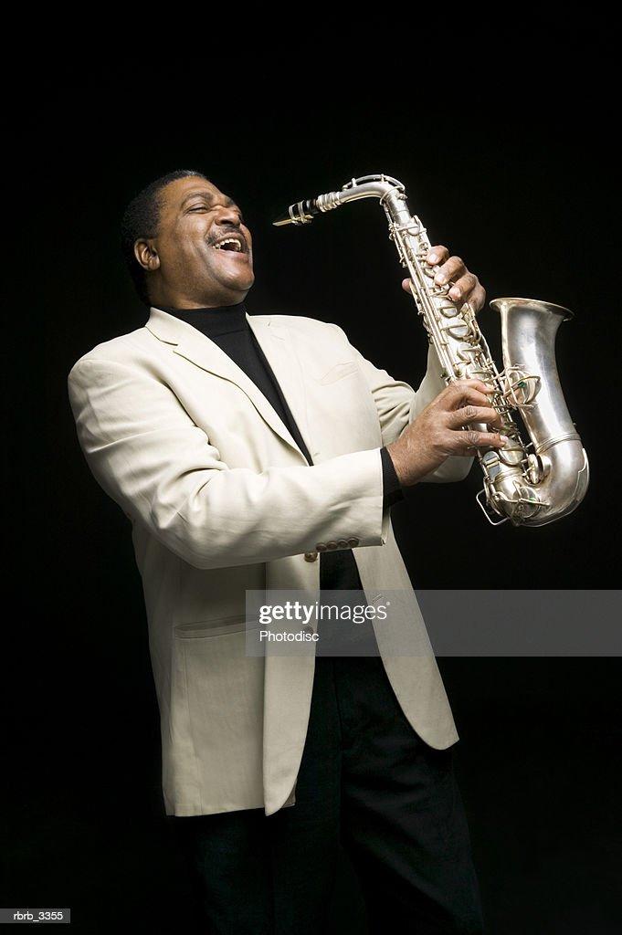 Man holding a saxophone : Stockfoto
