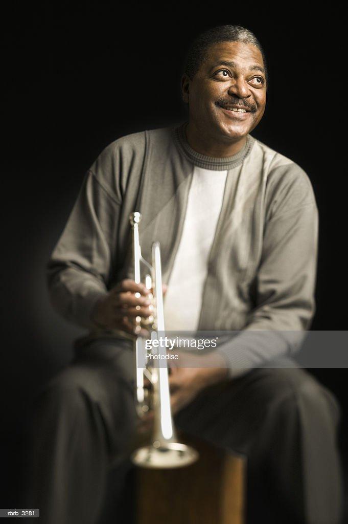 Man holding a trumpet : Foto de stock
