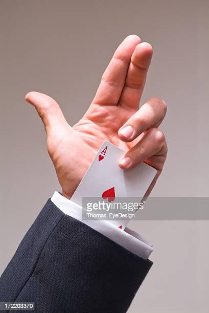 Mann hält ein Ass auf dem Ärmel