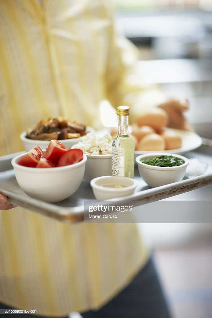 Man holding bowl with ingredients, mid section : Stockfoto