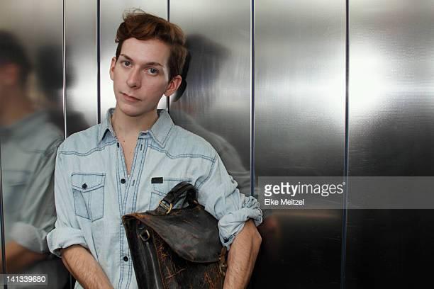Mann mit Aktentasche im Aufzug