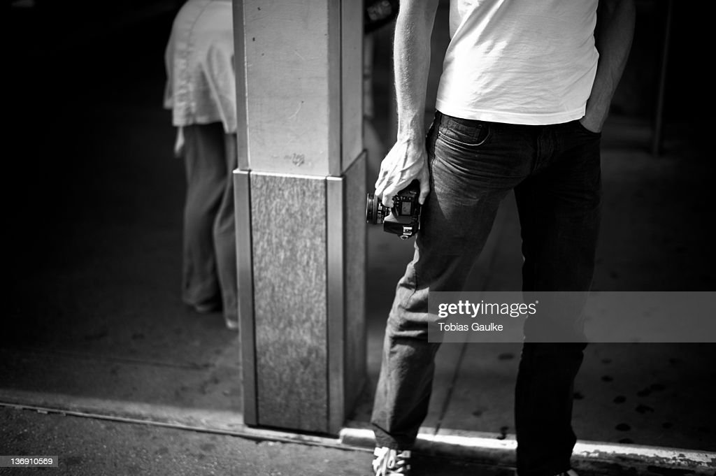 Man holding camera : Stock-Foto