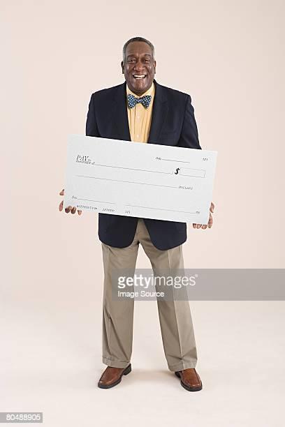 Homme tenant un chèque